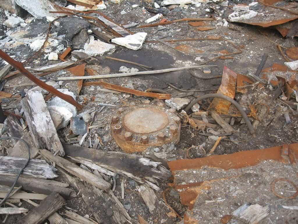 The core is under this rusty, metallic cap. Photo by Rakot13